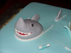 Shark head, fins and message in a bottle made of gumpaste Shark Cupcakes, Shark Cookies, Shark Cake, Animal Cupcakes, Megalodon, Underwater Birthday, Island Cake, Shark Head, Cake Templates