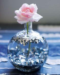 Még egy váza: Csillámok helyett flittereket is használhatunk vázák díszítésére, így még ragasztó sem kell. Csak szórjunk egy adagot a váza aljára, töltsük meg vízzel, és flitterezzük meg a tetejét is.
