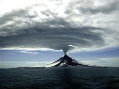 Le volcan Augustine dans les îles Aléoutiennes en Alaska, le 27 mars 2006 - Photo: US Geological Survey