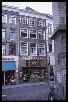 Zwolle, Grote Markt - Korte Ademhalingssteeg met Kapper en parfumeriewinkel Wolf.