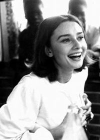 Audrey Hepburn and laughter. Audrey Hepburn and laughter. Audrey Hepburn Mode, Audrey Hepburn Photos, Aubrey Hepburn, Pretty People, Beautiful People, Beautiful Women, Monochrom, Happy Girls, Oeuvre D'art