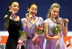 フィギュアスケートのGPシリーズ中国杯の表彰で並んだ、優勝の浅田真央(中央)、2位の本郷理華(左)、3位のエレーナ・ラジオノワ(7日、北京)=AP