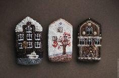 Brooches Handmade, Handmade Felt, Water Soluble Fabric, Newspaper Crafts, Felt Brooch, Miniature Crafts, Fabric Houses, Textile Jewelry, Diy Schmuck