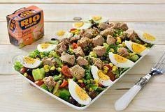Salata cu ton este perfecta in aceasta perioada. Dupa cateva zile cu mancare grea si tot felul de dulciuri, o salata pare varianta ideala pentru a ne bucura de cateva legume proaspete si pentru a inlocui carnea de porc cu o carne mai usoara cum e cea de peste.