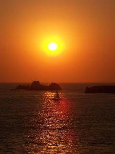 Zihuatanejo es también famoso por su excelente pesca deportiva y por sus sitios de buceo, y es un lugar donde se pueden practicar la gran mayoría de los deportes acuáticos. #Ixtapa, Mexico  #OjalaEstuvierasAqui #BestDay