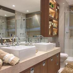 Banheiro com bancada em mármore boticcino e armários em madeirado. Os nichos acima do vaso sanitário ficaram liiindos 😍😍 Suites, Interior S, Double Vanity, Bathroom Lighting, Furniture, Cs, Home Decor, Bathrooms, Exterior