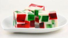 Aqui, não tem segredo: é o belo mosaico de gelatina, que toda família faz no final do ano, mas você vai se concentrar apenas nas cores verde e vermelho. Servir num belo prato ajuda a deixar os olhos com vontade. FOOD LIBRARIAN