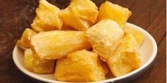 Mandioca, aipim ou macaxeira é uma paixão nacional. Ela serve de base para diversos pratos, como bolinhos e escondidinhos. Porém, unanimidade na hora de acompanhar