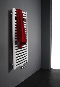 De Milano is opgebouwd uit twee trapeziumvormige verticale collectorbuizen met daartussen gebogen ovale horizontale elementen. Ideaal om uw handdoek te verwarmen.