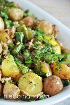Młode, gotowane razem z wyszorowaną skórką kartofelki (czy ktoś używa jeszcze tego słowa?) posypane koperkiem lubię bardzo. Ta sałatka z mło...