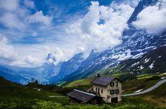 クライネシャイデック (撮影/キャプション:ダグラス・クロフト)  スイスアルプスを歩く間、ベルナーオーバーラント地方で丸一日あった。その日はどんより曇っていて、午後から雷雨という予報が出ていたので、早めに登山道を歩き出し、何度か幸運をつかんだ。この光景はクライネシャイデック駅近くから撮ったものだが、このすばらしさはどんな言葉でも言い尽くせない。
