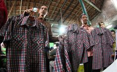 Calon Gubernur Jakarta, Joko Widodo (Jokowi) menunjukkan kemeja kotak-kotak yang sering ia gunakan di Solo, Jateng, Jumat (13/4)