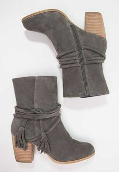 Un Protagonismo Especial Los pies siempre han gozado de un protagonismo especial, pero ahora más que nunca con los botines de mujer más dinámicos y estilo