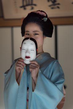A maiko holding a noh mask. Japanese Mask, Japanese Warrior, Japanese Geisha, Japanese Kimono, Poses, Geisha Japan, Irezumi Tattoos, Geisha Tattoos, Hand Pose