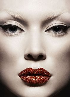 3D Makeup created by Makeup Artist Loni Bauer (Ballsaal), photographed by Julia Saller for Elle Germany