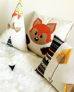 Um encanto esse kit Raposinha Fox Themed Nursery, Nursery Themes, Baby Pillows, Throw Pillows, Baby Deco, Fox Decor, Flower Embroidery Designs, Baby Couture, Baby Shower Diapers