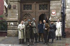 """Żołnierze porucznika Wacława Zagórskiego """"Lecha"""" na ulicy Grzybowskiej 26/28 w Warszawie, początek sierpnia 1944 roku."""