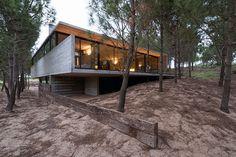 Casa toda de concreto projetada por Luciano Kruk impressiona por seu charme