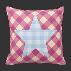 stjerne med blå ruter  Hvem sier at stjerner på pute kan kun være i hvit, blått eller beige? ;-)  Her kombinerer jeg rosa og blått sammen med ruter  #pynteputer #interior #hjemmedekor #designputer #design #stjerne