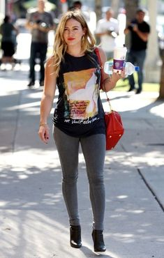 Hilary Duff Hilary Duff carries a coffee and a water bottle as she runs her morning errands in Studio City.