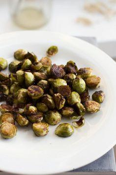 Balsamicolla maustetut paahdetut ruusukaalit (2-4 annosta)  400-500 g ruusukaalia 2-3 rkl balsamicoetikkaa 1 rkl oliiviöljyä hyvää suolaa  Poista kannat. Leikkaa kahtia. Sekoita ruusukaalit, balsamico ja oliiviöljy. Kaada paistovuokaan ja rapsauta päälle suolaa. Paahda 200° 18-25 min. Good Food, Yummy Food, Cooking Recipes, Healthy Recipes, Yummy Recipes, Food Plating, Roast, Snacks, Vegetables