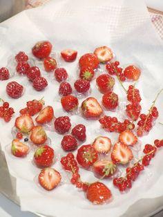 """Žloutkový krém je radost. Miluju tu chvíli, kdy se """"tak akorát teplé"""" máslo smíchá se žloutky a cukrem. Nejen že to evokuje vánoce, ale je to prostě STRAŠNĚ dobrý. Raspberry, Strawberry, Fruit, Food, Essen, Strawberry Fruit, Meals, Raspberries, Strawberries"""