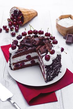 Dopo aver assaggiato una fetta della #torta #foresta #nera non si torna più indietro: questo #dessert peccaminoso si posizionerà a vita nella top 5 dei dolci preferiti! #ciliegie, #cioccolato, #pandispagna #panna in un connubio maestoso, perfetto per le #cerimonie o le grandi occasioni. #ricetta #GialloZafferano #dessertrecipe #chocolaterecipe #germanrecipe