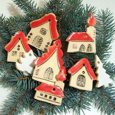 Place in winter - Christmas Ideas Clay Christmas Decorations, Christmas Clay, Felt Christmas Ornaments, Christmas Makes, House Ornaments, Clay Ornaments, Christmas Trends, Christmas Projects, Ceramic Houses