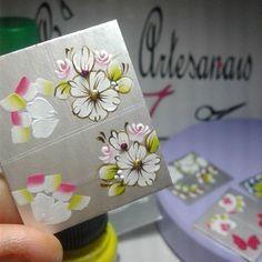 Por que será que me apaixonei?   #adesivosdeunhas #adesivosdamada #artesanal #feitoamão #adesivos #Branquinho #Flores #Perfeito #Contorno #Flor #onestrok #Vermelho #Rosão #Fashion #Nails Nails Decoradas, Manicure Y Pedicure, Foto Art, Easy Crafts, Nail Designs, Gift Wrapping, Nail Art, Stickers, Gifts