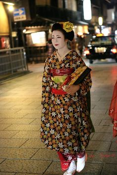 This is maiko Ichitomi. November 2014. That hikizuri is amazing! It really gives you the feeling of fall.