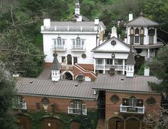 Mirkin House in Laurel Canyon, one of my favorite nutbar houses in L. California History, California Living, Crazy Houses, Weird Houses, Castles In America, Topanga Canyon, Life Space, Los Angeles Neighborhoods, Most Luxurious Hotels