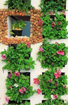 Fofura de jardim vertical organizado simetricamente.