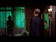 Vertigo - 1958. Regisseur Alfred Hitchcock.  Still uit Vertigo waarin Scottie voor het eerst weer Judy denkt te zien na haar opgezette dood. Op dit moment in de film twijfelde ik als kijker of we nu Scottie zagen die zijn eigen realiteit had gecreëerd of de werkelijke realiteit. Deze twijfel voel ik ook tijdens depersonalisatie.