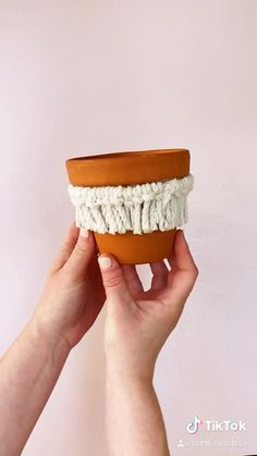 How to make a macrame plant pot. Full by step instructions at the link! Diy Crafts For Home Decor, Rope Crafts, Glue Gun Crafts, Feather Crafts, Macrame Plant Hangers, Macrame Projects, Wooden Projects, Diy Projects, Macrame Design
