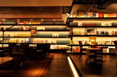 Anjin / アンジン@代官山 2011年12月にオープンした「代官山 蔦屋書店」の2階に位置するライブラリー&ラウンジの「Anjin(アンジン)」は、読書好きに特にお勧めのお店。大人の空間が広がっています。 約250種類の雑誌のバックナンバー約3万冊が店内に飾られており、お茶や食事を楽しみながら自由に本を閲覧できるのが特徴。落ち着いたオシャレな空間が広がる