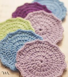 Roxy Wall: Regaletes - free crochet coasters pattern, in English and Spanish.