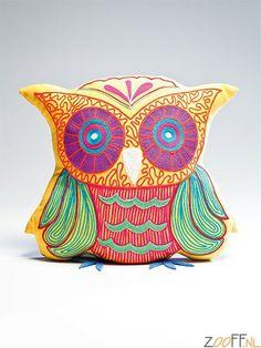 Kare Design Fiesta Owl Knuffelkussen Geel - Dit gezellige knuffelkussen vraagt om een knuffel, maar kan ook op de bank als steuntje in de rug prima functioneren! In hippe, frisse kleurstellingen verkrijgbaar, in de basiskleuren geel,wit,paars en groen. Oehoe!