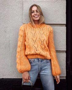 Nas escolhas da Vogue: esta camisola da Ganni que já promete ser o must-have deste outono-inverno. Descubra o séquito de it girls que já não vivem sem ela (e todas as cores da peça que vai querer ter no guarda-roupa)  link na bio. --- Vogue loves... This