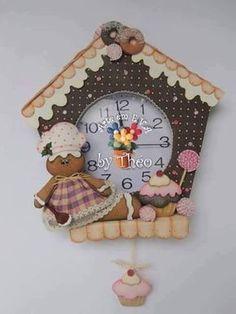 Blog voltado à artesanato em geral. Christmas Clock, Christmas Time, Christmas Ornaments, Foam Crafts, Diy And Crafts, Cool Clocks, Fabric Houses, Pottery Barn Kids, Gingerbread Man