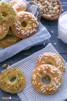 Le CIAMBELLE SOFFICI AL FORNO (fluffy baked donuts) sono irresistibili tuffate nel latte o gustate da sole, perfino farcite con confetture o crema di nocciole! #ricetta #GialloZafferano #italianfood #donuts