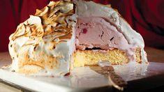 Een indrukwekkende ijstaart met eiwitschuim. Perfect als nagerecht tijdens de kerst. Bekijk het simpele recept.