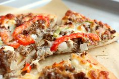 A hearty pizza made with steak, cheese, peppers and onions. Philly cheesestake pizza makes a delicious comfort food. Pizza Recipes, Beef Recipes, Dinner Recipes, Cooking Recipes, Flatbread Recipes, Dinner Ideas, Healthy Recipes, Philly Cheese Steak Pizza, Recipes