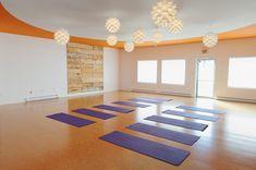 How to setup a professional yoga studio at home Yoga Studio Design, Yoga Studio Interior, Yoga Studio Home, Zen Design, White Lotus, Break Room, Yoga Retreat, Beautiful Space, Yoga Studios
