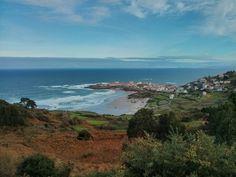 Un baño por las playas perdidas de Galicia En Galicia también brilla el sol. De verdad. Y el escepticismo -ganado a pulso, cierto- que genera esta afirmación es culpable de parte de su encanto: con sus casi 1.500 km de costa, la comunidad gallega cuenta con paraísos escondidos, exuberantes, salvajes y casi vacíos. Todavía estás a tiempo de descubrirlos.