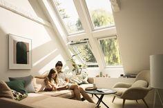 Helles Wohnzimmer mit mehr Licht und Luft dank VELUX Dachfenstern.