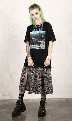 Short sleeve t-shirt with front screen print. Grunge Outfits, Punk Outfits, Fashion Outfits, Womens Fashion, Tomboy Outfits, Hipster Grunge, Grunge Goth, Grunge Style, Tomboy Style