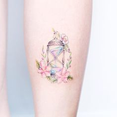 """A artista Mini Lau projeta e cria maravilhosas e delicadas tatuagens em tons pastel. Em seu estúdio, localizado em Hong Kong, ela desenha delicadamente com linhas finas e tintas de cores """"doces""""; c…"""