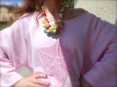 outfit con felpa rosa e crochet, collana colorata , look semplici primaverili, amanda marzolini, the fashionamy,  blogger parma e bologna, matiz, campagna, bardi, blogger