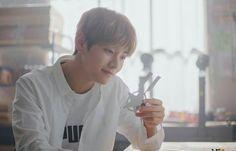 #wattpad #fanfiction Jungkook et Taehyung sont frères.  Leurs parents sont divorcés.  Jungkook vit avec sa mère et son frère aîné avec le père. Seulement ils s'aiment plus qu'ils ne le devraient, pensant que ce n'est que de l'amour fraternel ils vont faire des jeux qui n'auraient jamais du commencé... « Tu n'imagine pa...