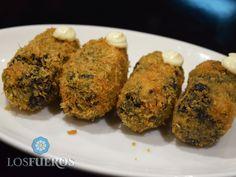 The presentamos nuestras black croquetas. Todo el sabor de un arroz negro con sepia y ali oli en dos bocados.